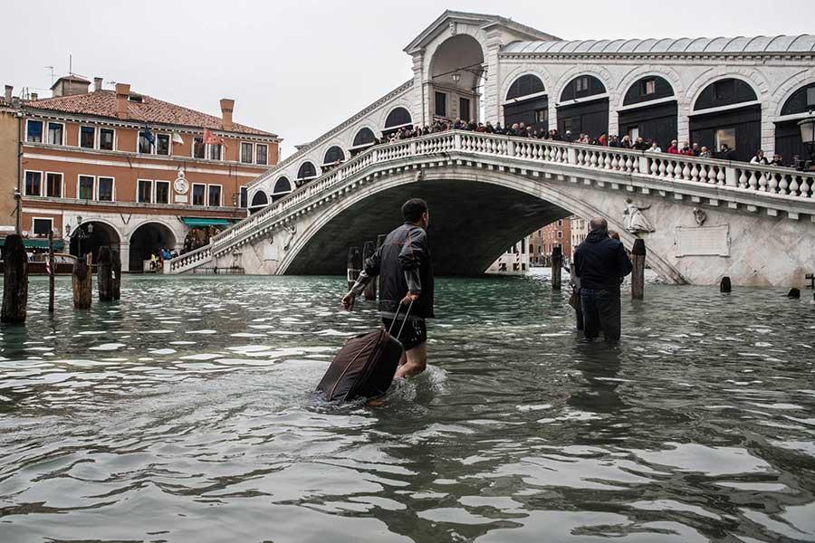 Venedig unter Wasser mit der Rioltabrücke