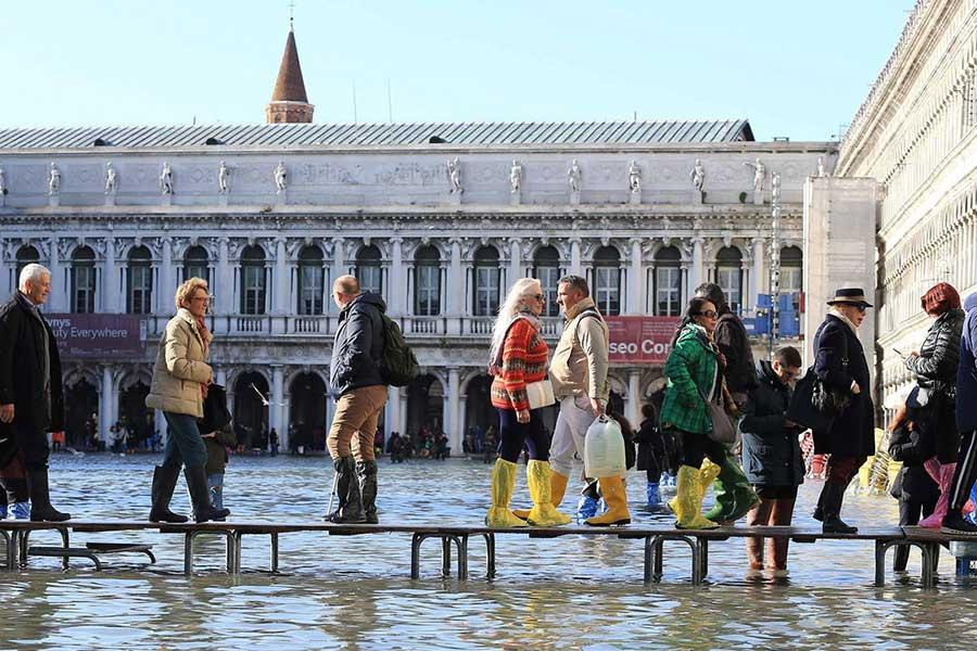 Venedig unter Wasser mit den erhöhten Gehwegen