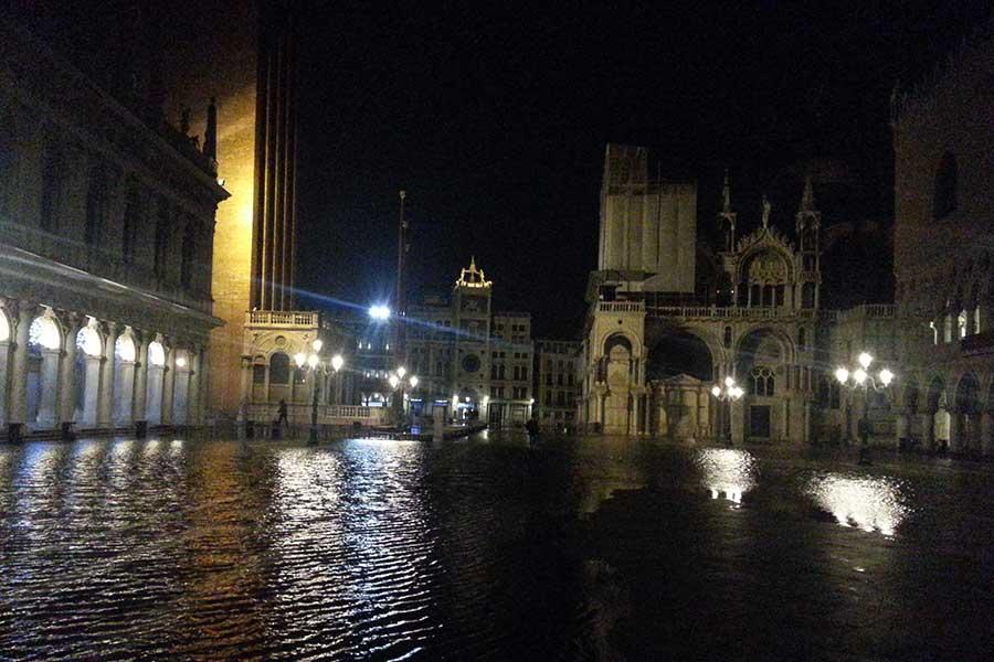Venedig mit Markuskirche unter Wasser