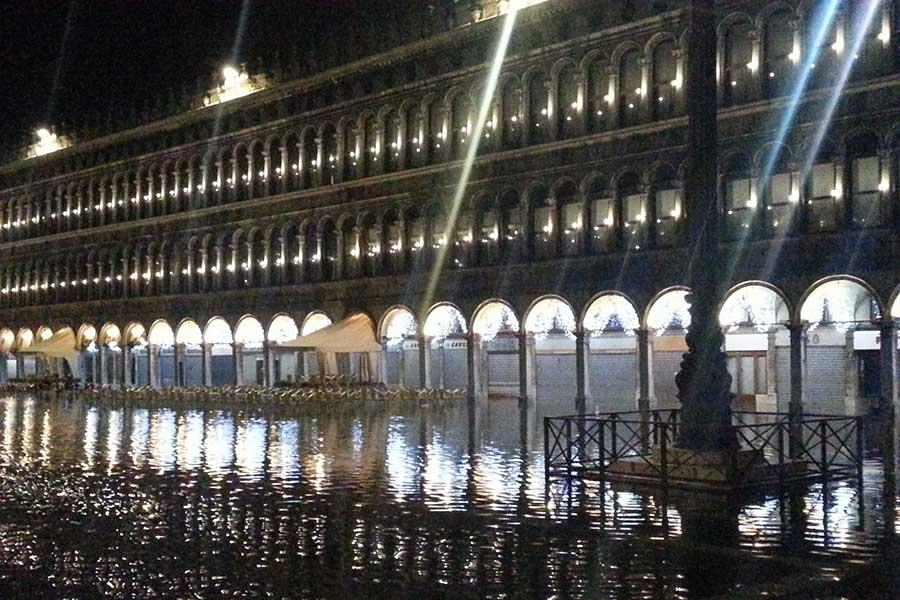 Markusplatz Venedig unter Wasser