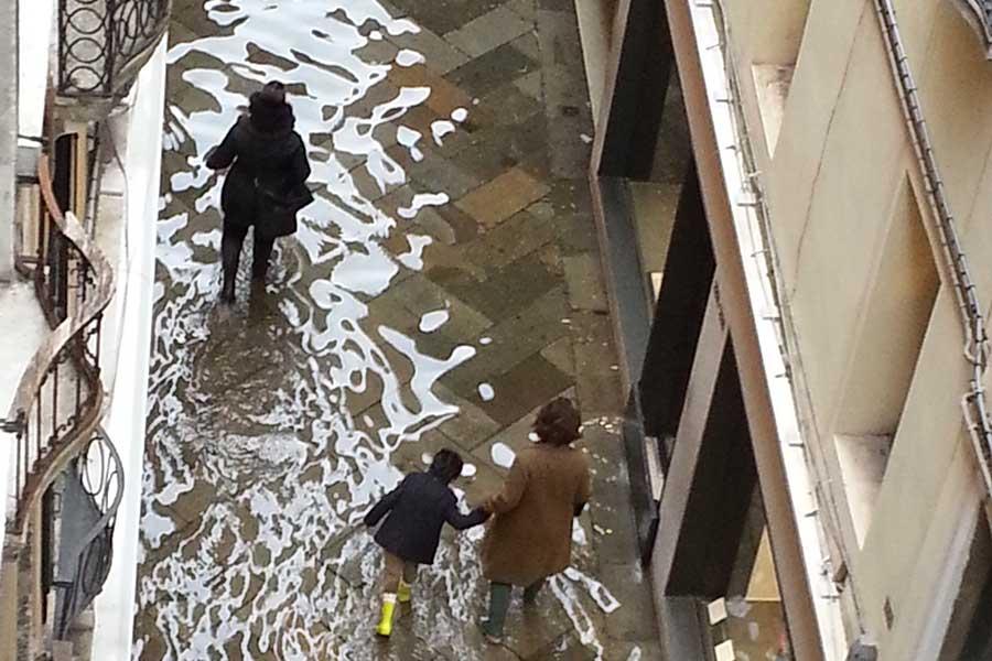 Venedig und seine Straßen unter Wasser